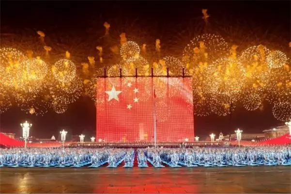 """梁稳根登上""""改革开放""""国庆彩车,三一装备升起天安门最大""""五星红旗"""""""